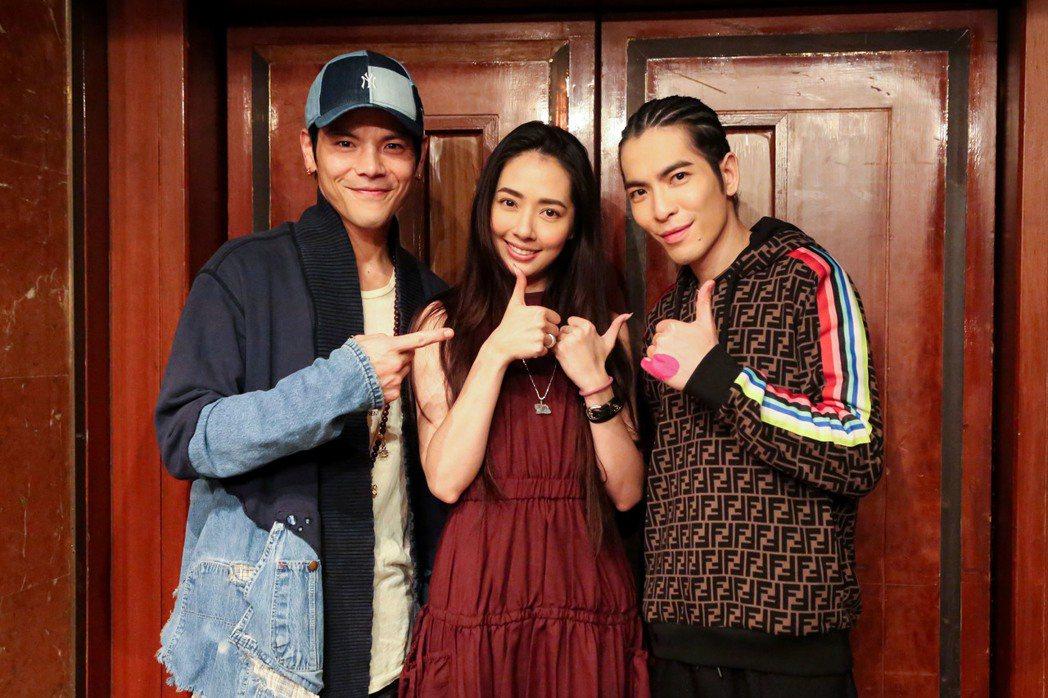向佐(左起)、郭碧婷及蕭敬騰在慶功宴上歡喜合照。圖/華納音樂