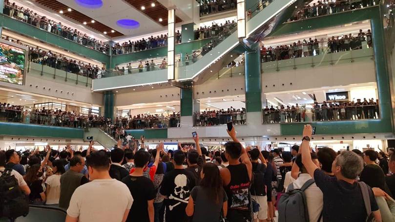 沙田新城市廣場有逾千人,今晚集會,高喊反送中五大訴求。(星島網)