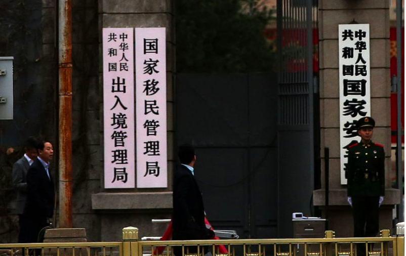 港澳民眾和華僑從10月份起即可憑持用的出入境證件辦理交通運輸、金融等35項公共服...