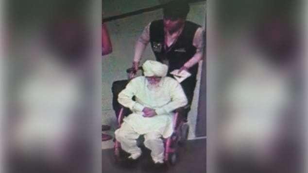 帕特爾喬裝成年長體虛的人,由機場員工幫忙推輪椅。(取自網路)