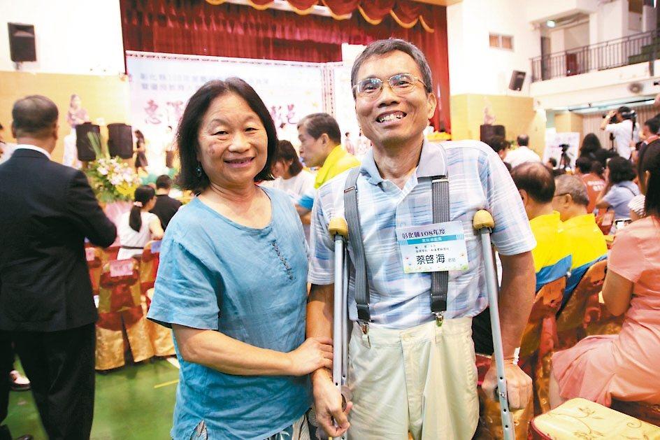 從事教育工作的蔡啟海(右)與妻李淑玲成立台灣畫話協會。 記者林敬家/攝影
