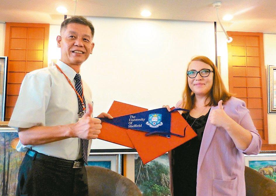 員林高中校長游源忠(左)與英國雪菲爾大學全球招生總監凱特簽定合作備忘錄,未來將可...