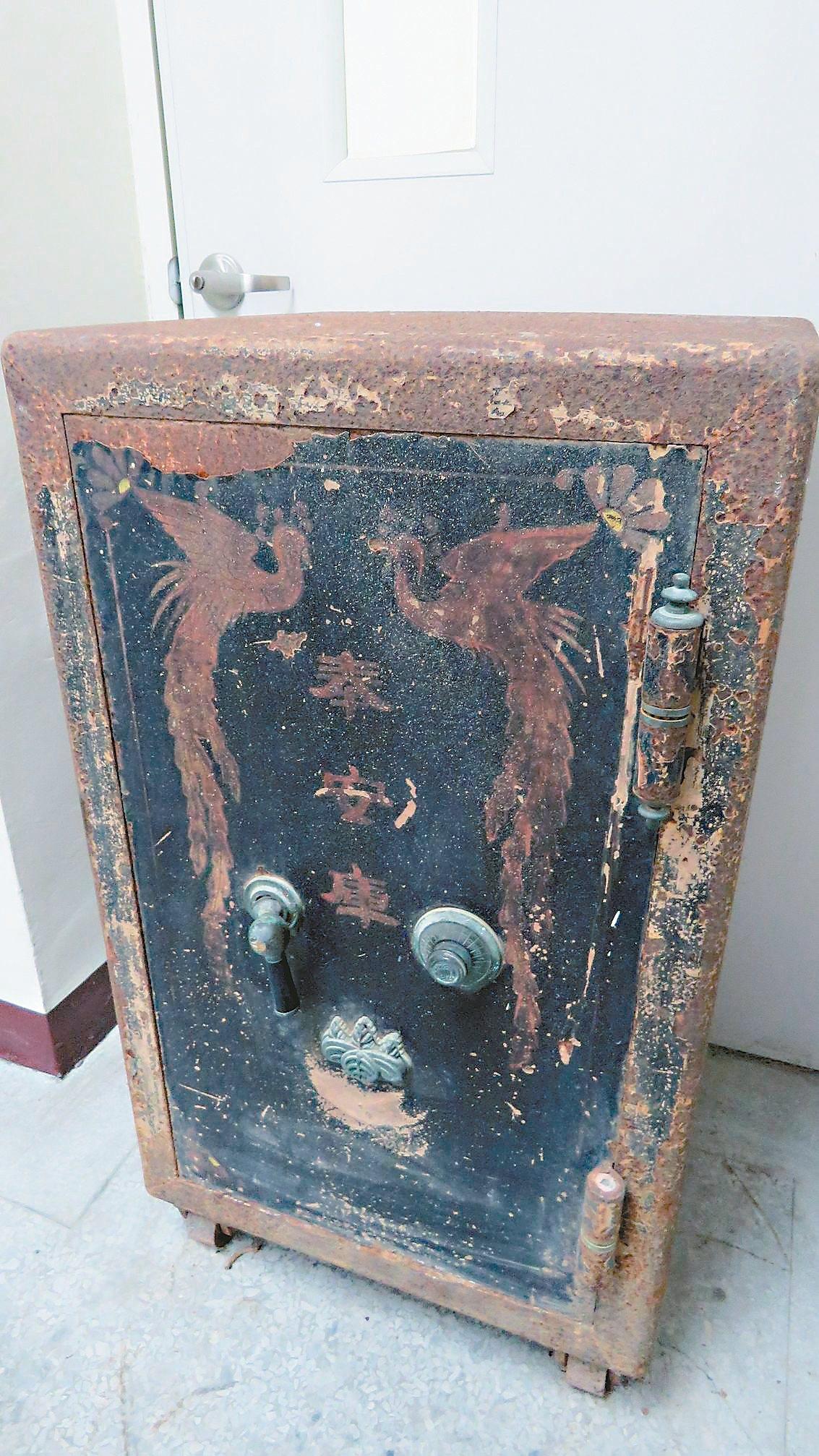 桃園市龍潭國小近日整理校舍時,找到一座寫有「奉安庫」字樣的古老保險箱。記者張弘昌...