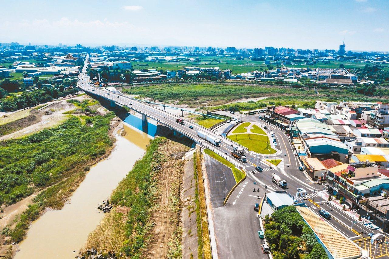 新建的華興橋梁身提高,橋墩減少,居民遇到暴雨,不會再飽受封橋之苦。 圖/嘉義市政...