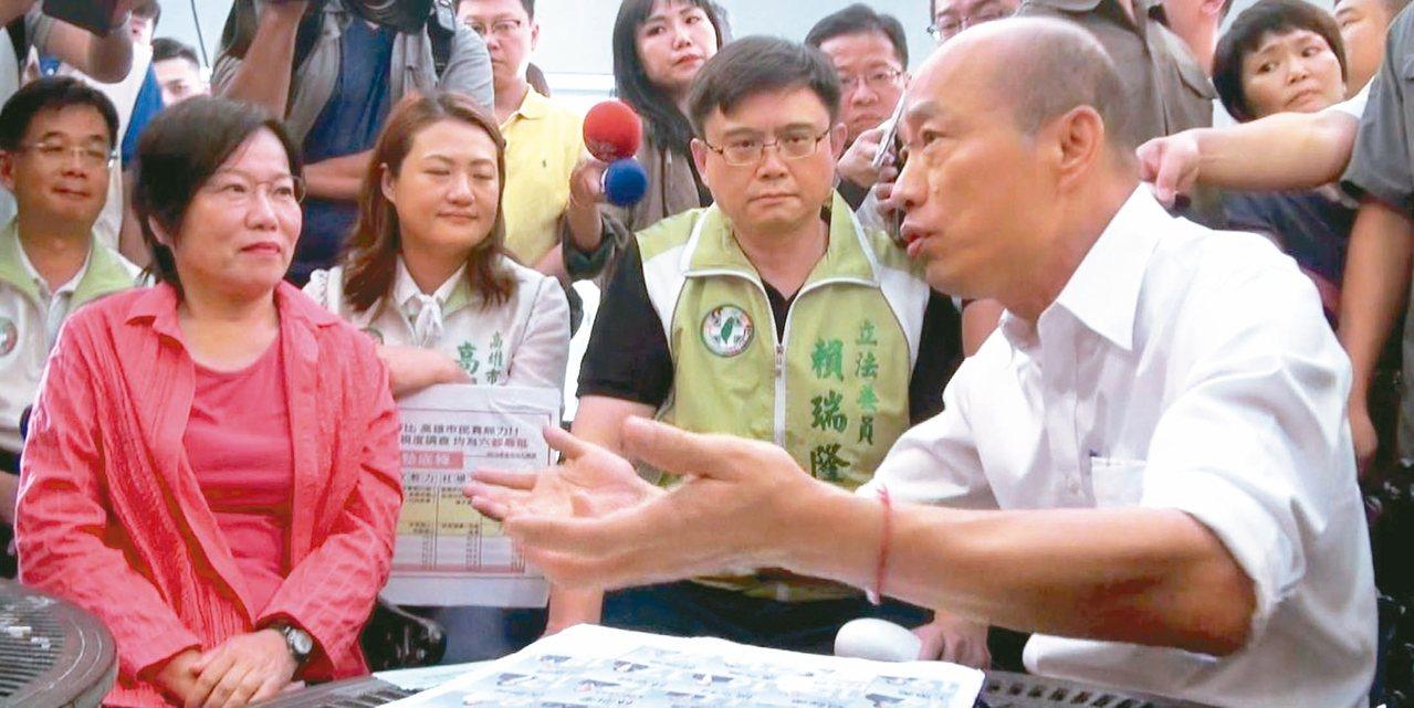 民進黨高市立委、議員昨到高市府,要市長韓國瑜(右)罷免自己下台,反被韓邀去喝咖啡...