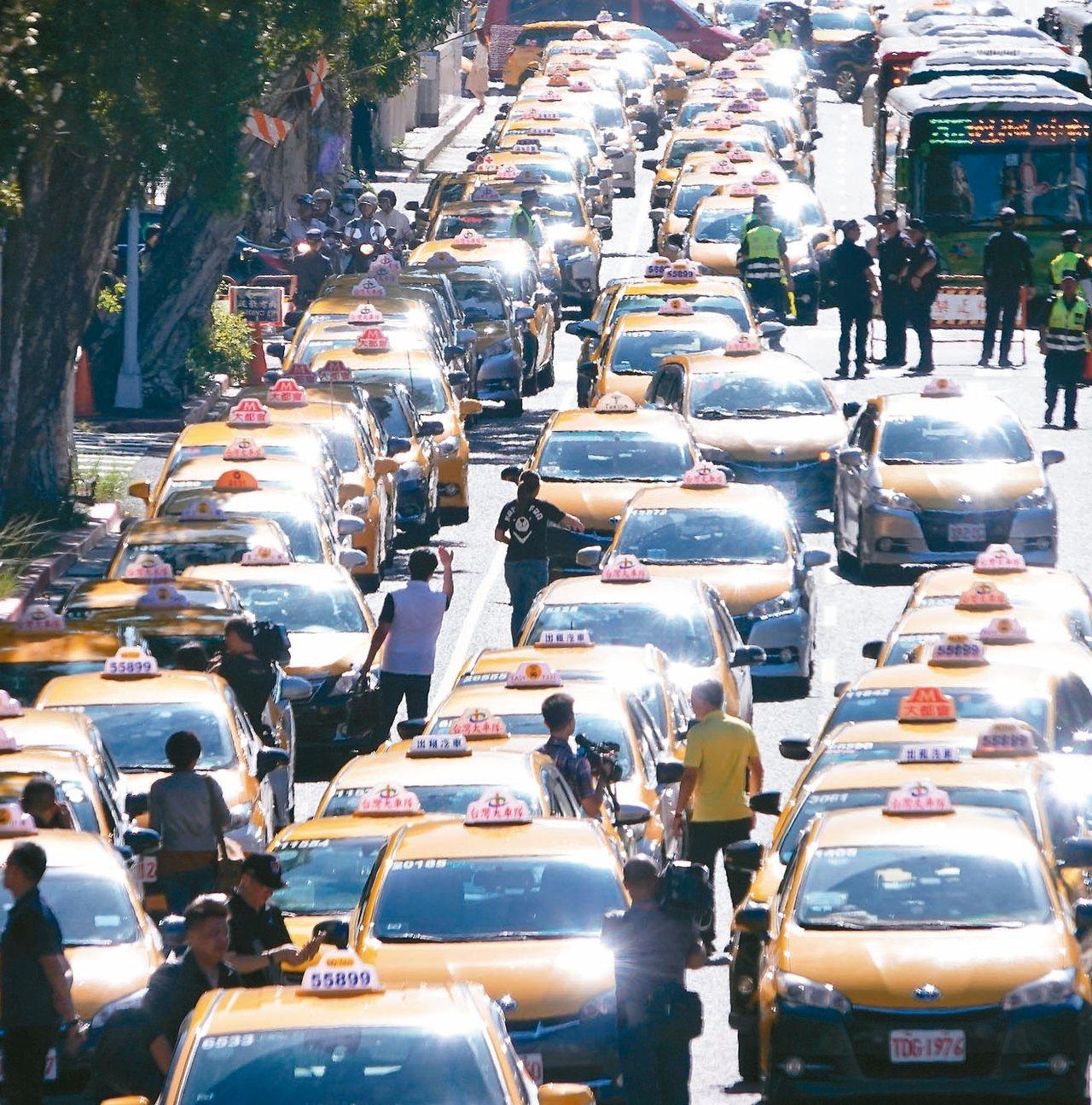 反對Uber非法營業藉故延長效期,計程車駕駛昨天上午以慢行圍繞行政院周邊。 記者...