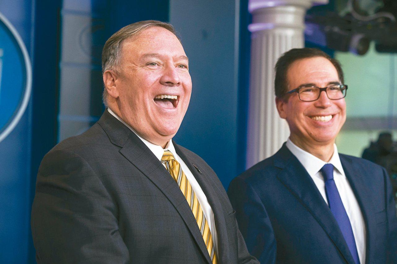 美國國務卿龐培歐(左)與財政部長米努勤(右)十日回答記者有關波頓去職的問題時,不...