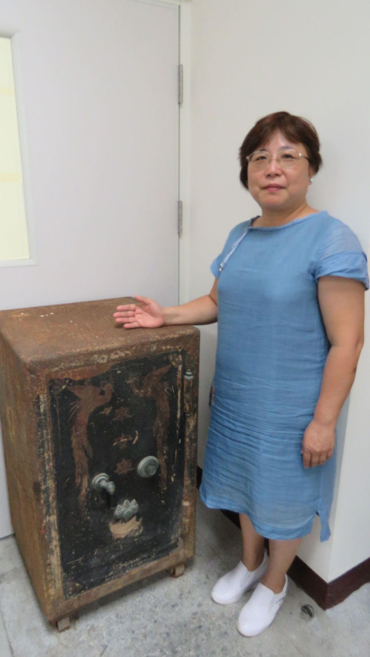 桃園市龍潭國小整理校舍時,找到一座寫有「奉安庫」字樣的古老保險箱,校方徵求開鎖達...