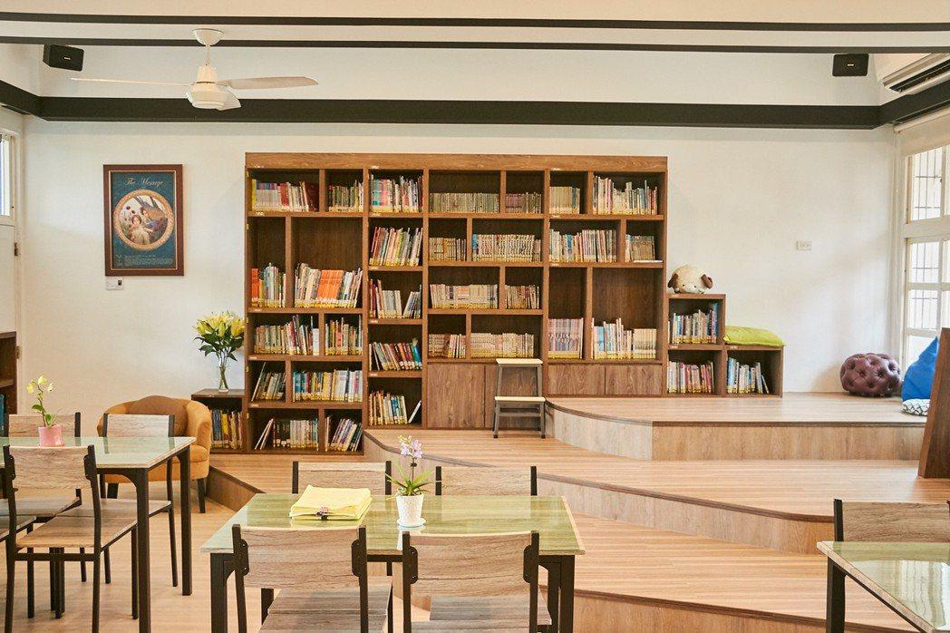 彰化縣華南國小的學校社區共讀站明亮、活潑,被教育部選為最美共讀站之一。 圖/教育...