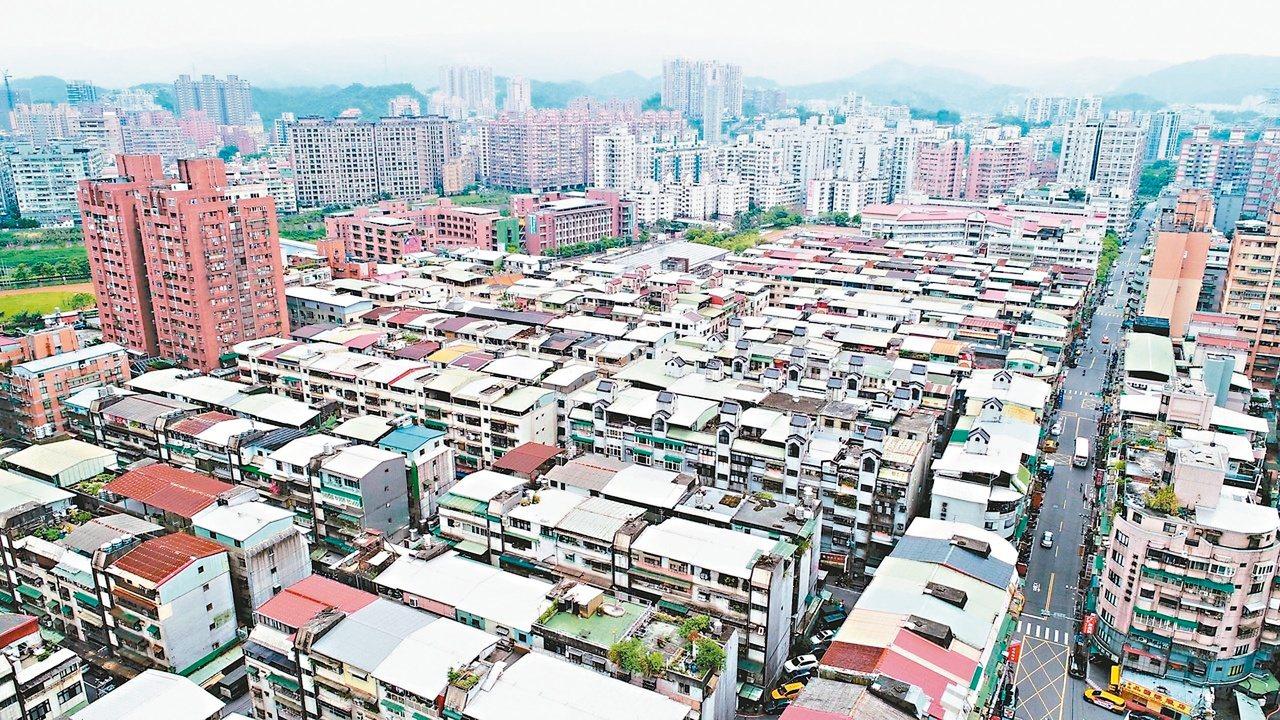 根據經濟部統計,已有上百家廠商回流台灣,為掌握資金回流商機,多家金控將以集團戰積...