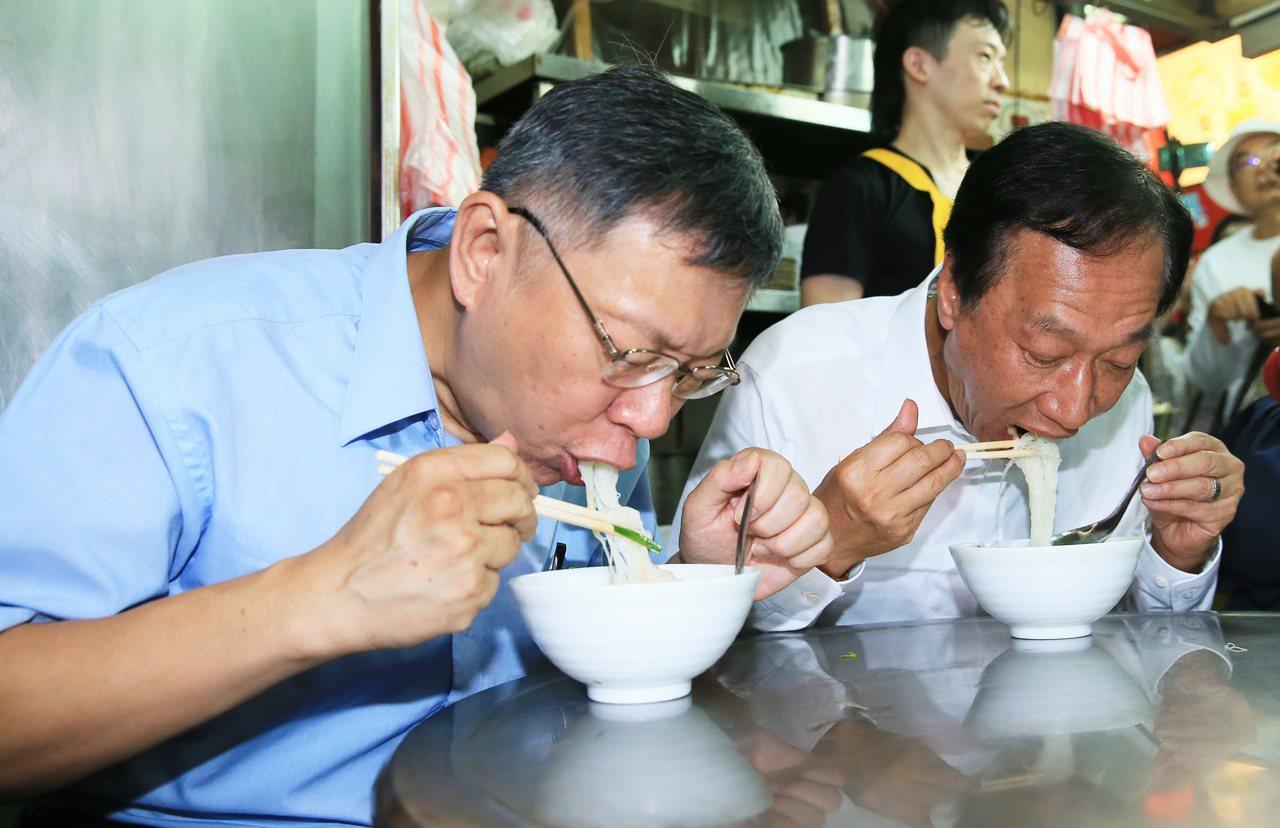 鴻海創辦人郭台銘(右)昨一早與台北市長柯文哲(左)到新竹城隍廟參拜,兩人隨後大啖...