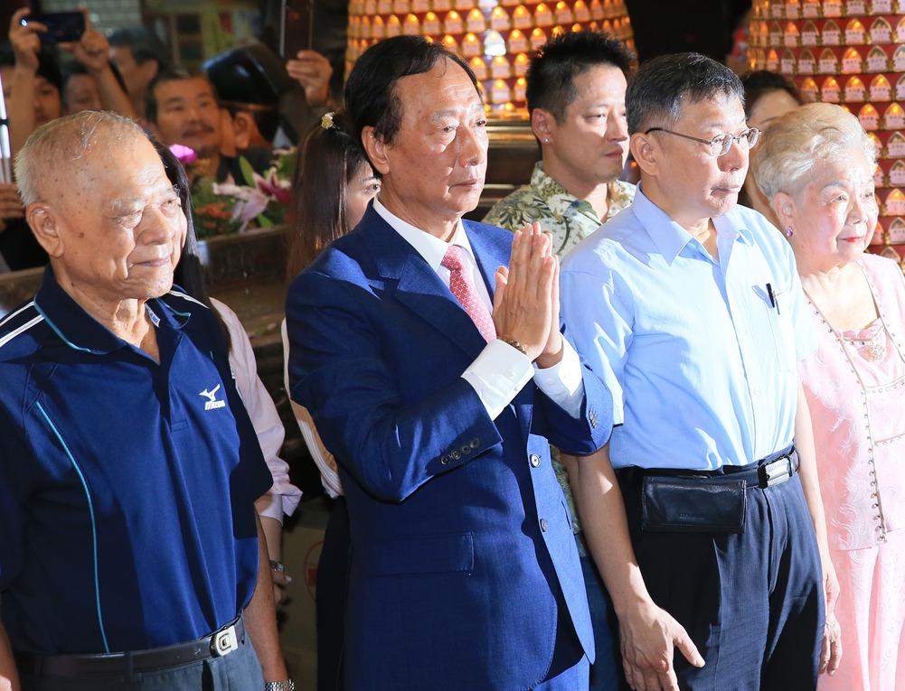 鴻海創辦人郭台銘(左二)昨天一早與台北市長柯文哲(右二)一起到新竹城隍廟參拜。記...