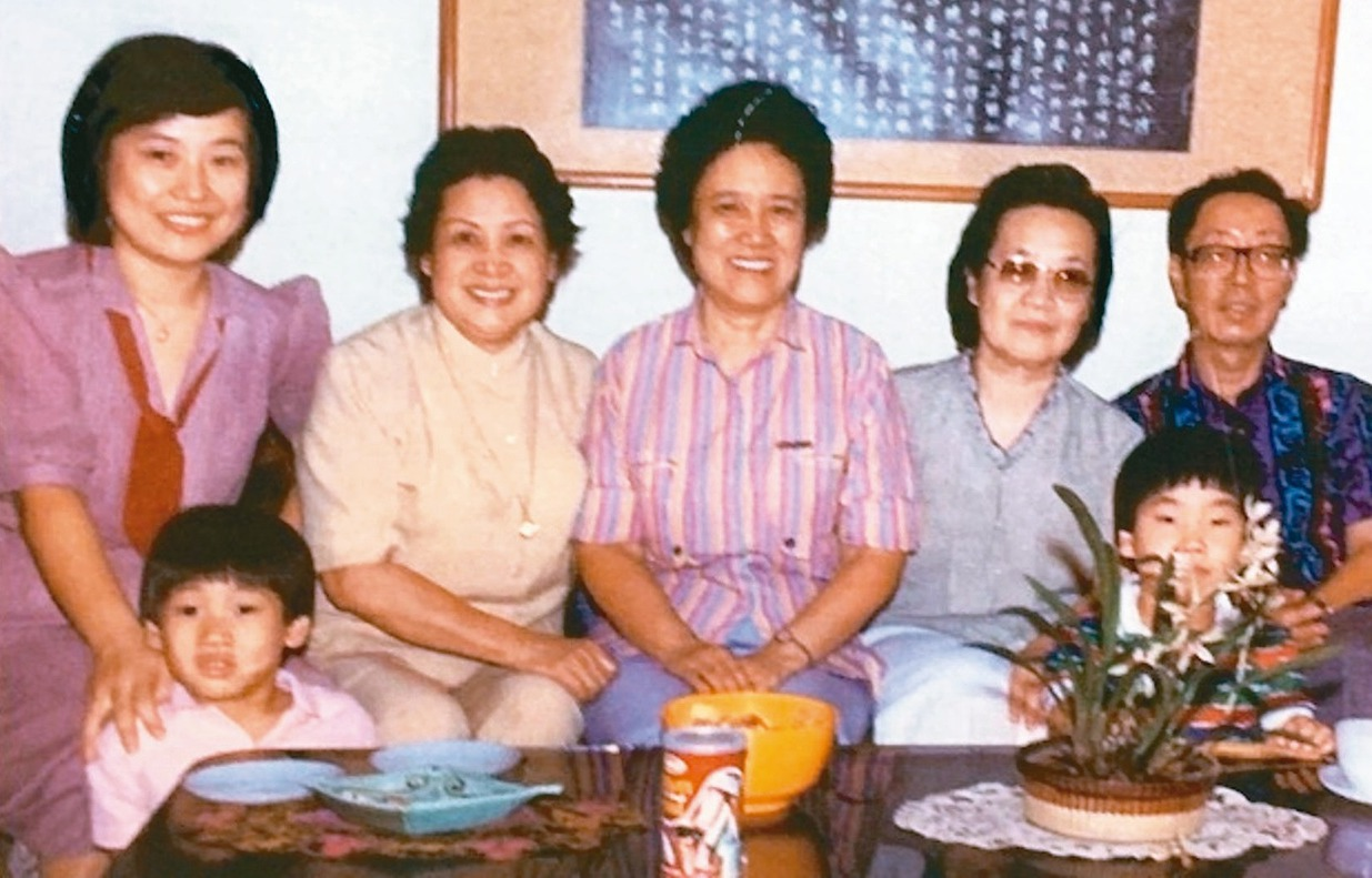 八十年代,張秀亞(右二)及女兒于德蘭(左一)、二外孫、文友王藍夫婦(右 一、右三...