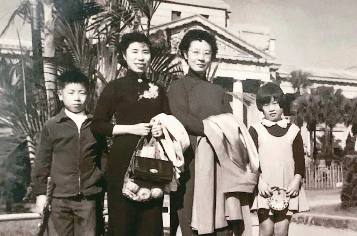五十年代,琦君(左二)、張秀亞及其子女在台北新公園。 圖/于德蘭提供