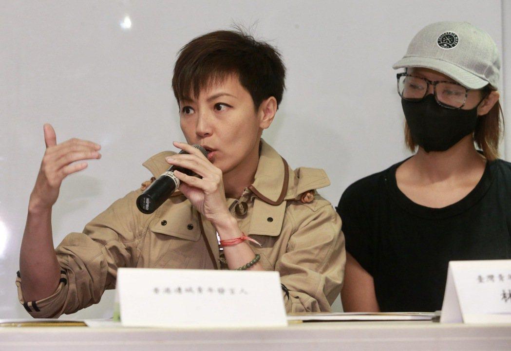 香港音樂人何韻詩(左)、香港邊城青年發言人關小姐(右)。記者黃義書/攝影