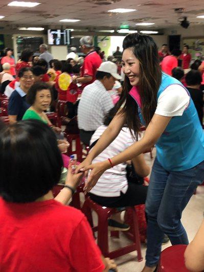 市議員朱珍瑤表示,每年中秋參加的晚會平均有百場,最重要的是「去年沒到的今年一定要...