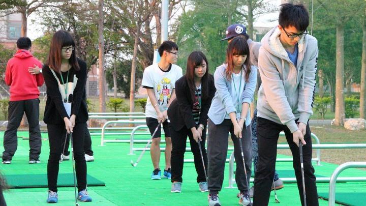 中信金融管理學院新建高爾夫球練習場,讓大學生練習打小白球,培養社交禮儀。 圖/報...