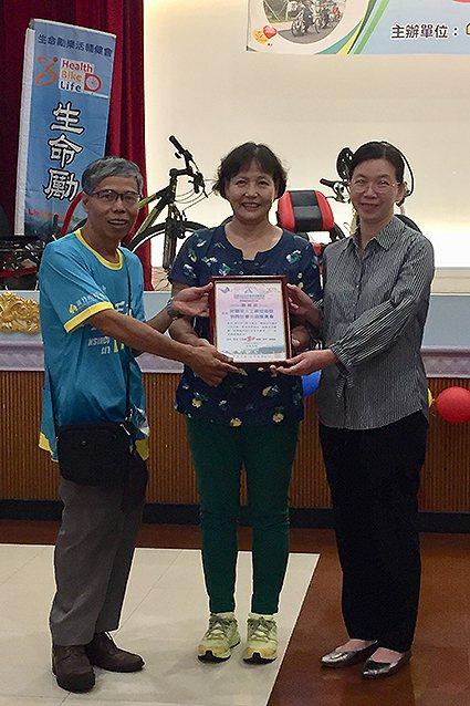 工研院志工陳淑慧(中)代表工研院接受感謝狀。 工研院/提供