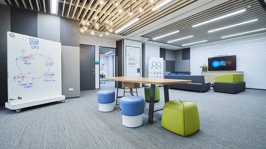 全部翻新的IBM辦公室 還有會搖的思考椅子 讓員工腦力激盪。 圖/IBM提供