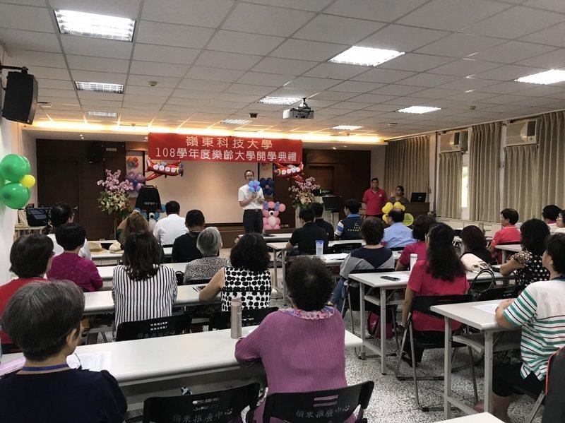 嶺東科大樂齡大學開學典禮,副校長陳仁龍代表致詞。 嶺東科大/提供