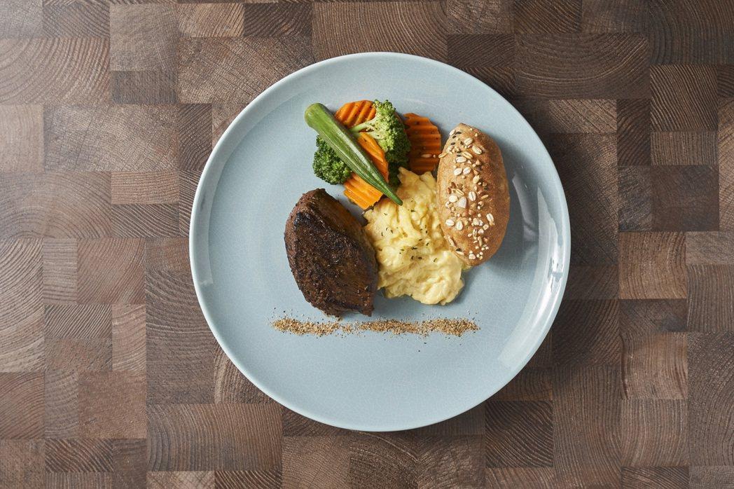一樓閣樓的餐廳享用精心設計的「在地享奢華早餐」-舒肥紐西蘭菲力牛排。余舍行旅/提...