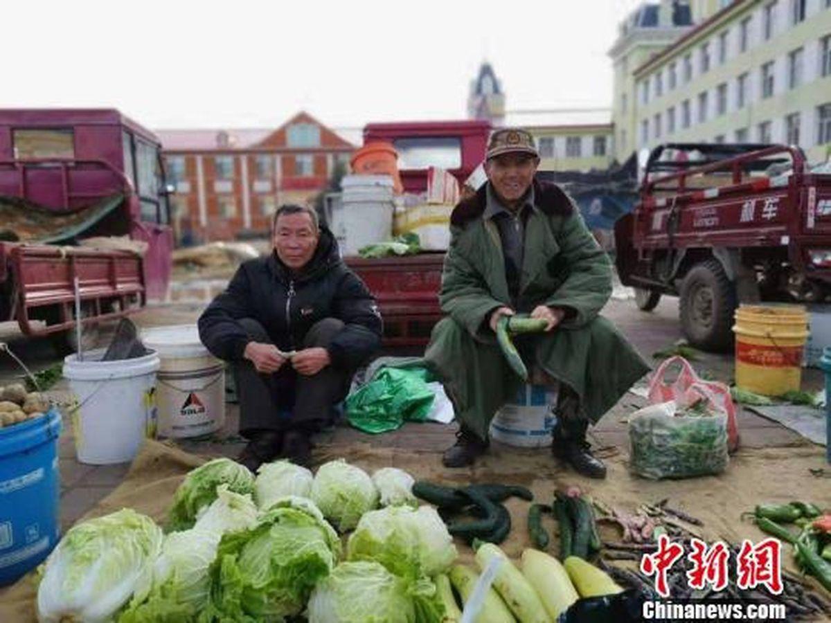 漠河迎來首場霜凍,商販穿羽絨服賣菜。 (取材自中新網)