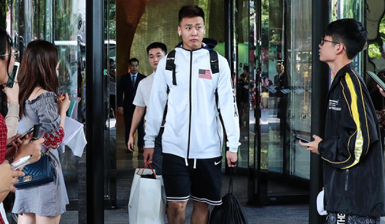 中國男籃隊員趙睿身穿美國國旗衣服上熱搜道歉 (取材自南方都市報)