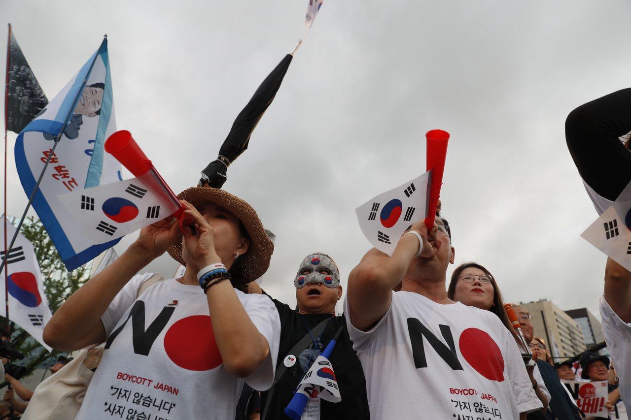 日韓貿易戰引發南韓民眾抵制日貨,上街示威。 歐新社