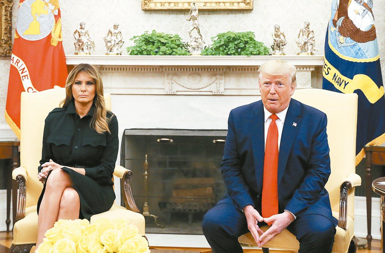 美國政府要禁止加味電子煙,圖為美國總統川普(右)和第一夫人梅蘭妮亞。 路透