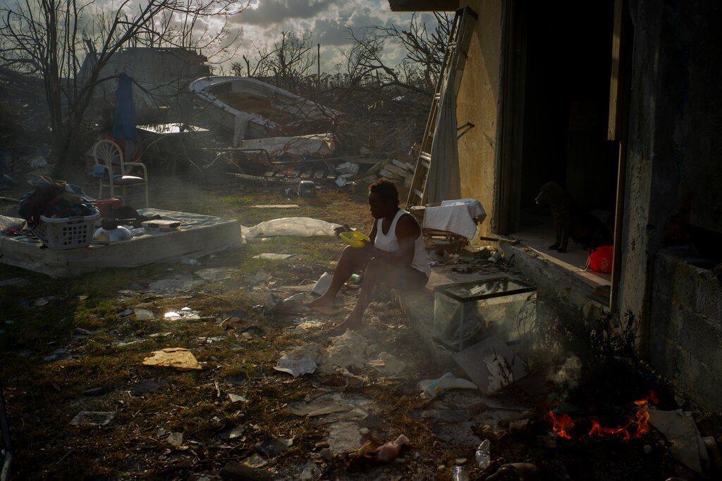 巴哈馬受災居民坐在被颶風殘害的家園中,表示只有非營利組織提供了物資(食物、水)。...