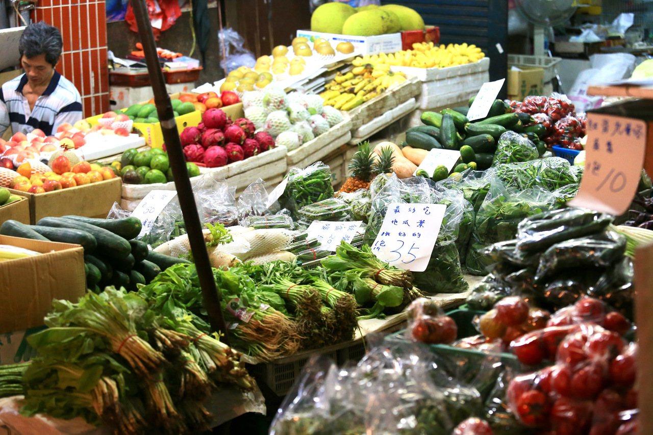 在菜市場工作需要很好的體力與耐力。 聯合報系資料照/記者林伯東攝影