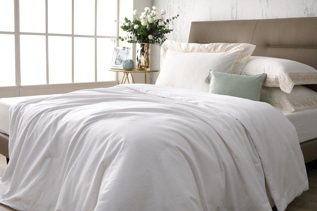 買席夢思特定床款,贈送雲柔蠶絲被-頂級牡丹絲原價$35,000。席夢思/提供