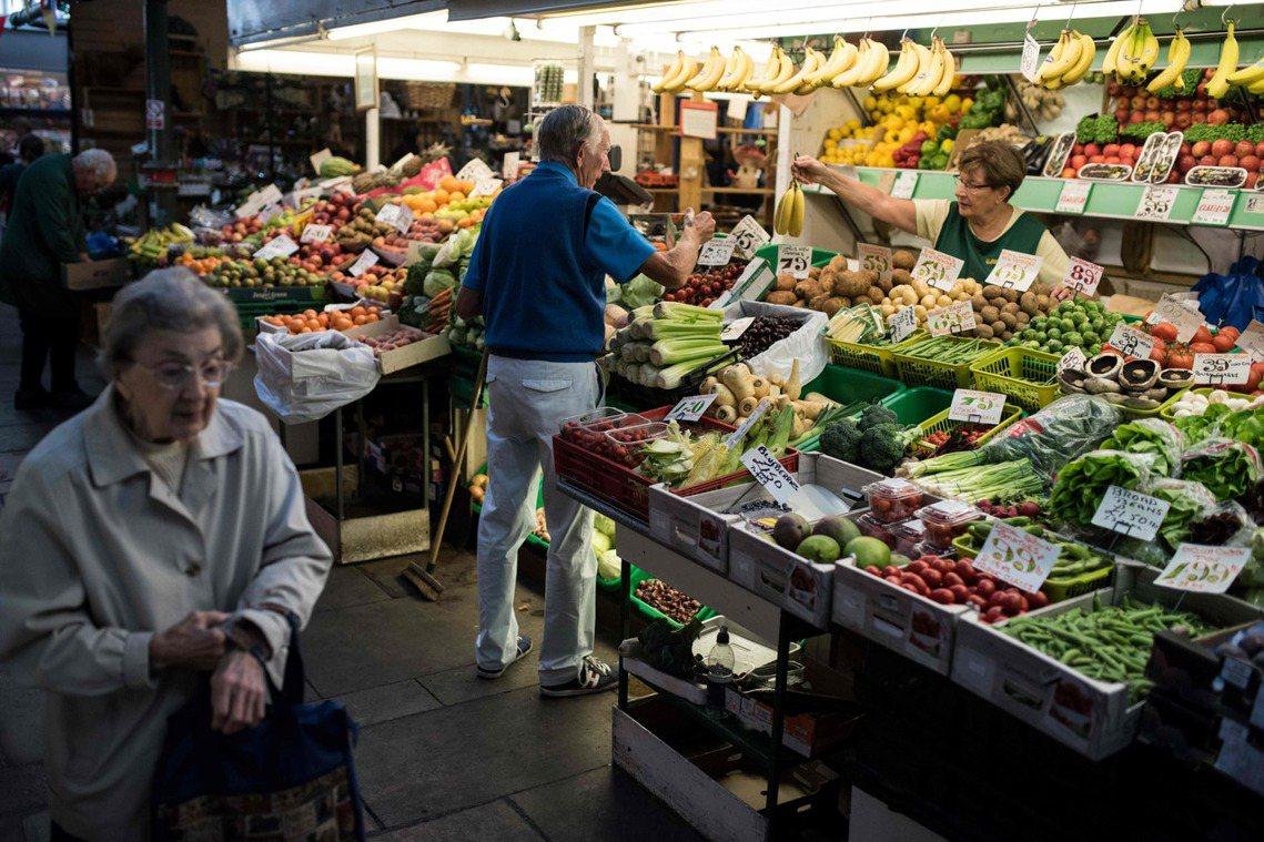 「糧食蔬果...等農產必需品外,英國的能源與燃料進口,也可能遭遇庫存問題。」示意...