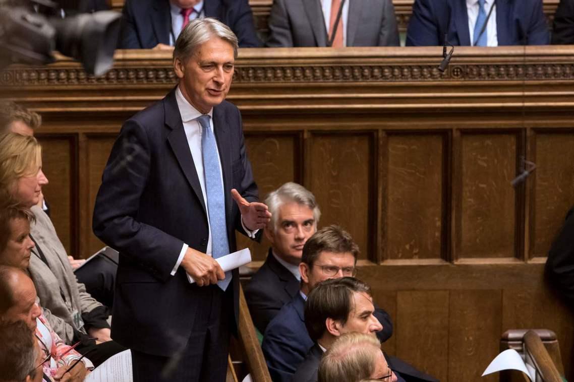 首相團隊將「洩密」的矛頭指向了強生的黨內死敵——韓蒙德(Philip Hammo...