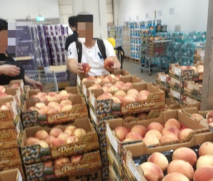 原PO表示這位大叔將好市多當作菜市場,把水蜜桃區各箱最好的水蜜桃都挑至自己那箱。...