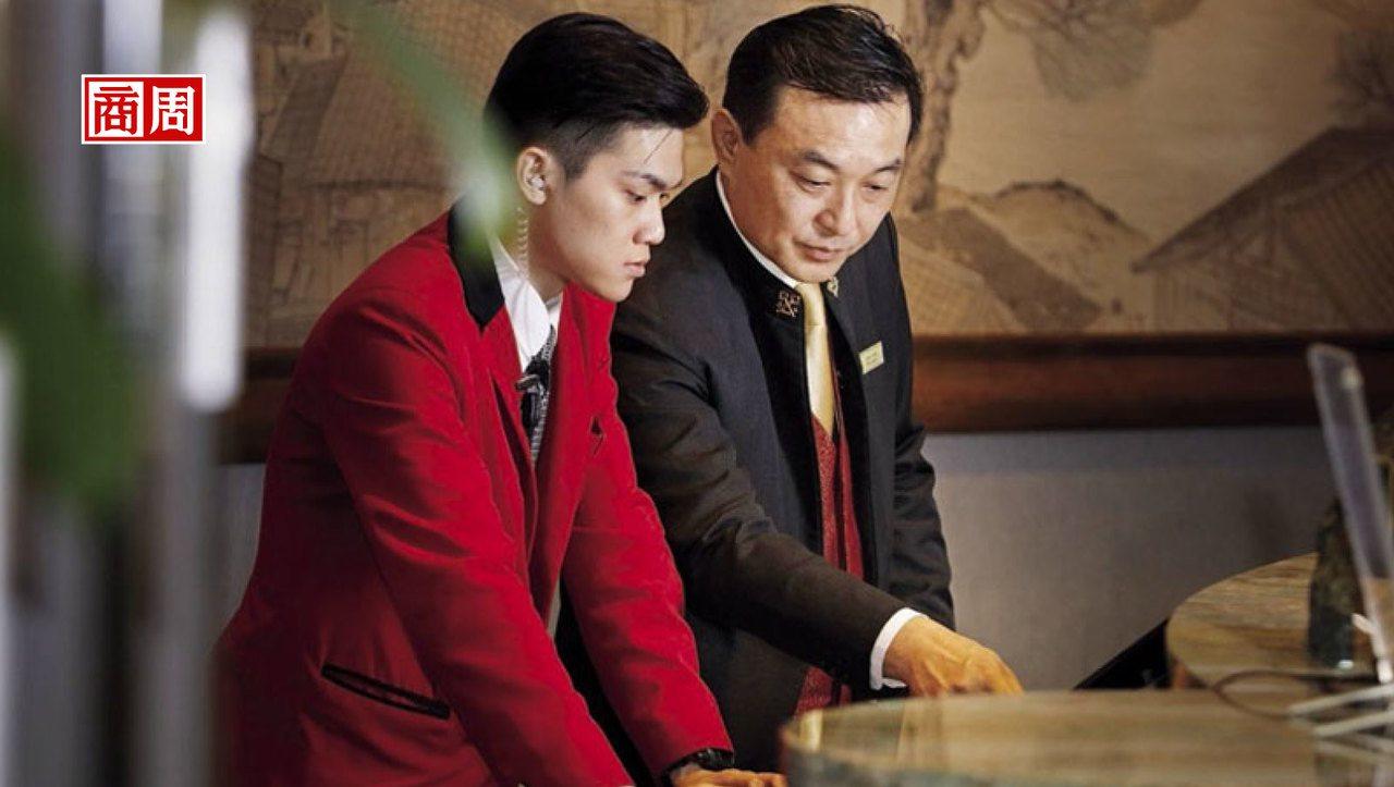 香格里拉台北遠東國際大飯店服務中心經理 鍾小淋(右)攝影•許家華