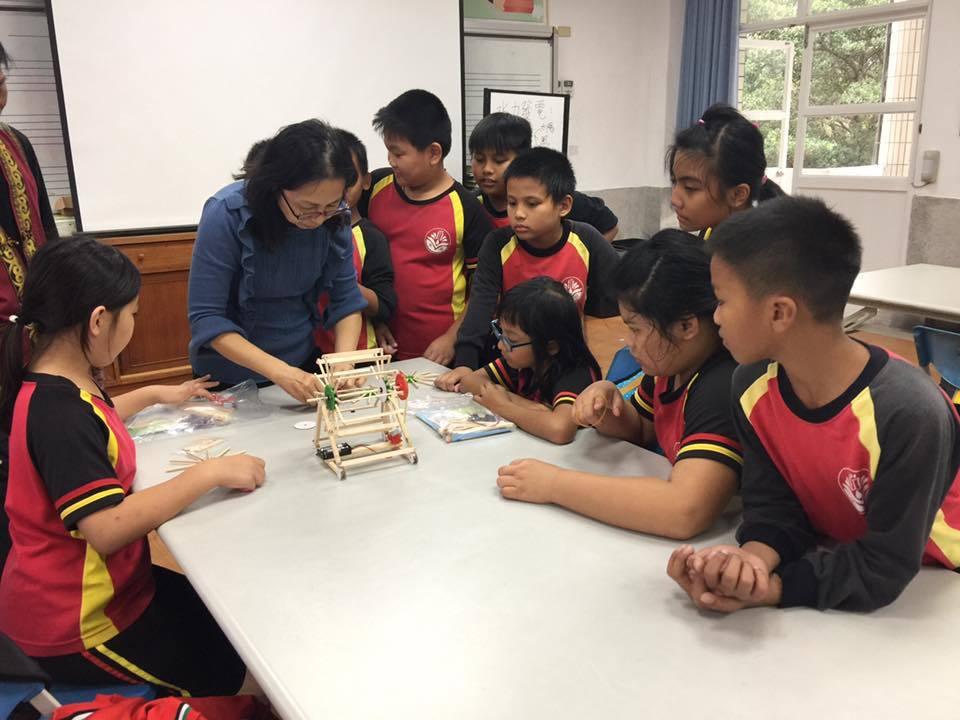 部落小學的孩子們,學習如何製作小型風機,透過實作課程認識部落的再生能源。 圖/主...