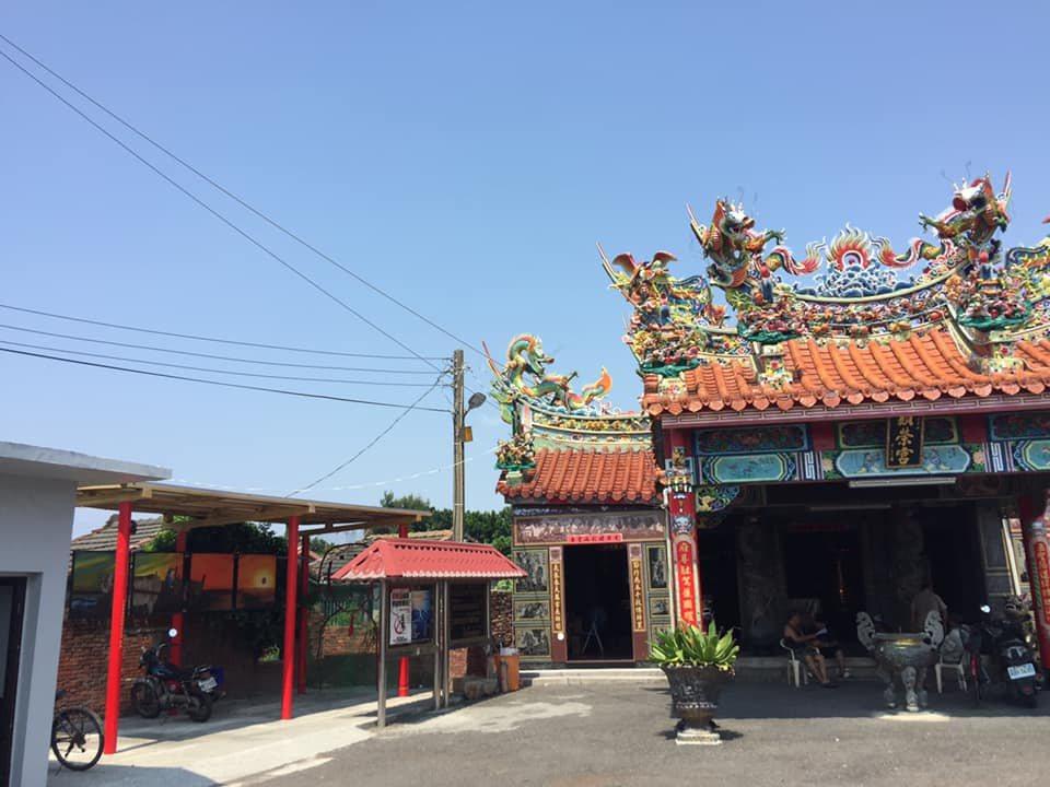 彰化臺西村的顯榮宮,屋頂裝設 3 KW 太陽能板,發電自用,是臺灣第一座光電宮廟...