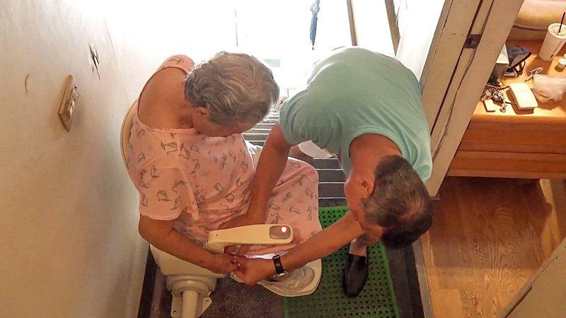 黃仲崑心疼媽媽每天老家上下爬梯三層樓,於是送給媽媽一個爬梯的秘密武器! 圖/泓電...