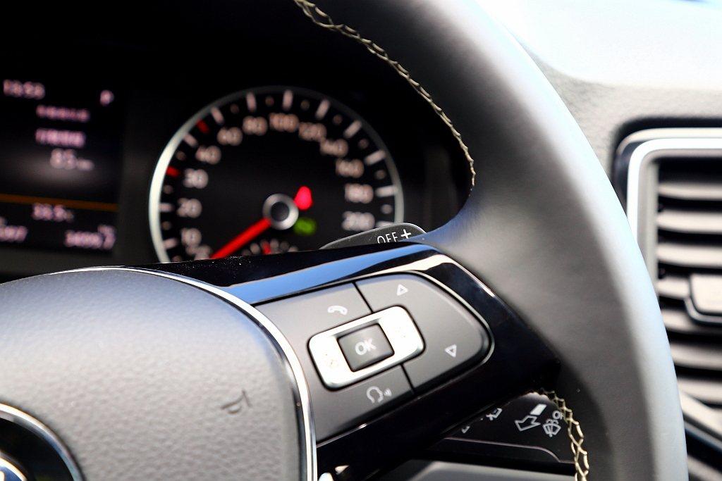 福斯商旅Amarok V6 Aventura車型因應整體性能風格,方向盤增加換檔...