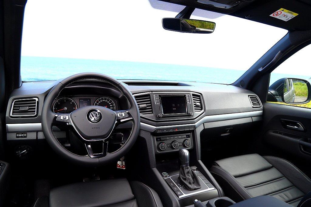 福斯商旅Amarok雖然已經問世快10年,不過在2017年小改款後內裝風格有相當...
