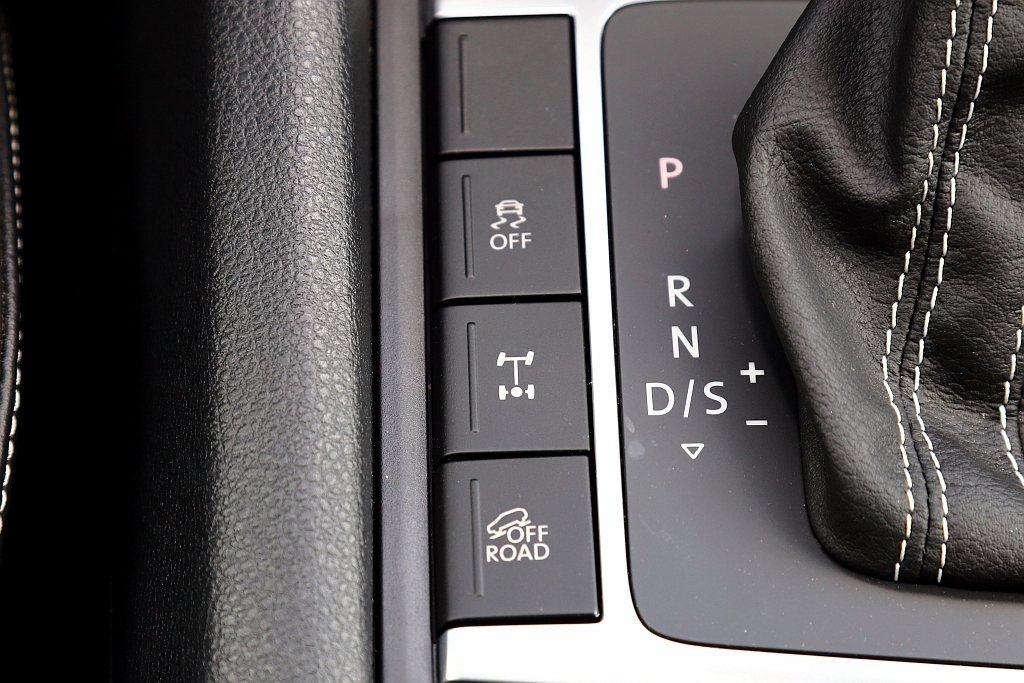 就算福斯商旅Amarok V6有足夠的安全配備,甚至將Off-road ABS越...