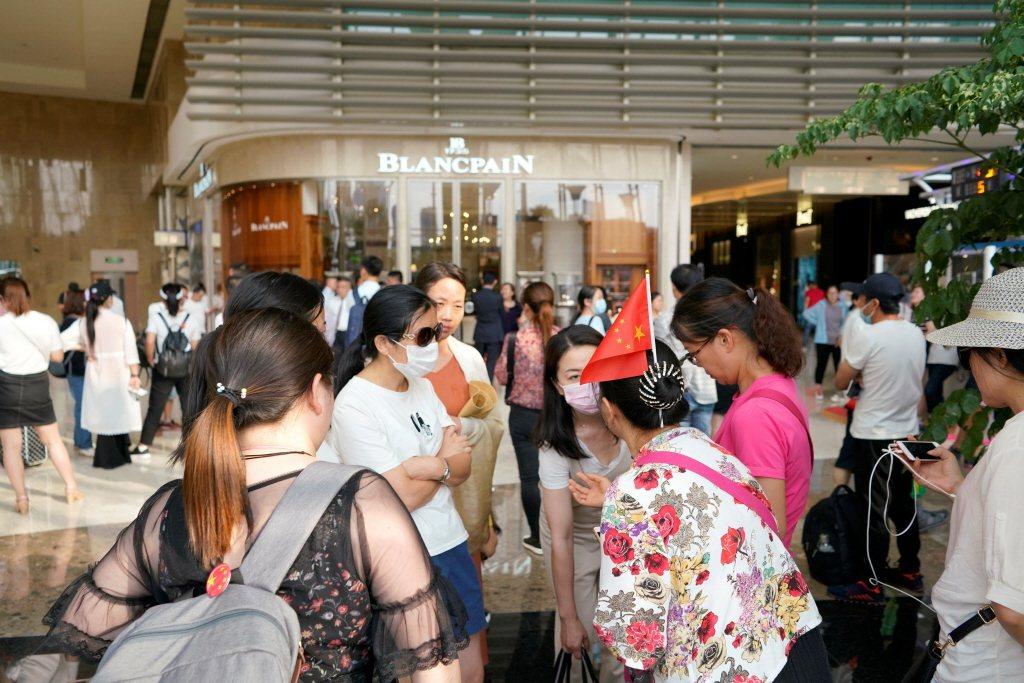 網貸平台「票票喵」(PPMiao)也爆雷,大批受害者聚集網貸平台票票喵大樓要求給公道。 圖/路透社
