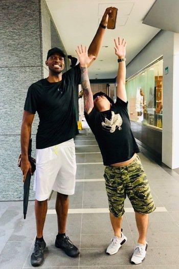 有媒體人日前掉錢包,居然被籃球國手戴維斯撿到,整過程神展開。圖擷自聯合報記者鐘聖...