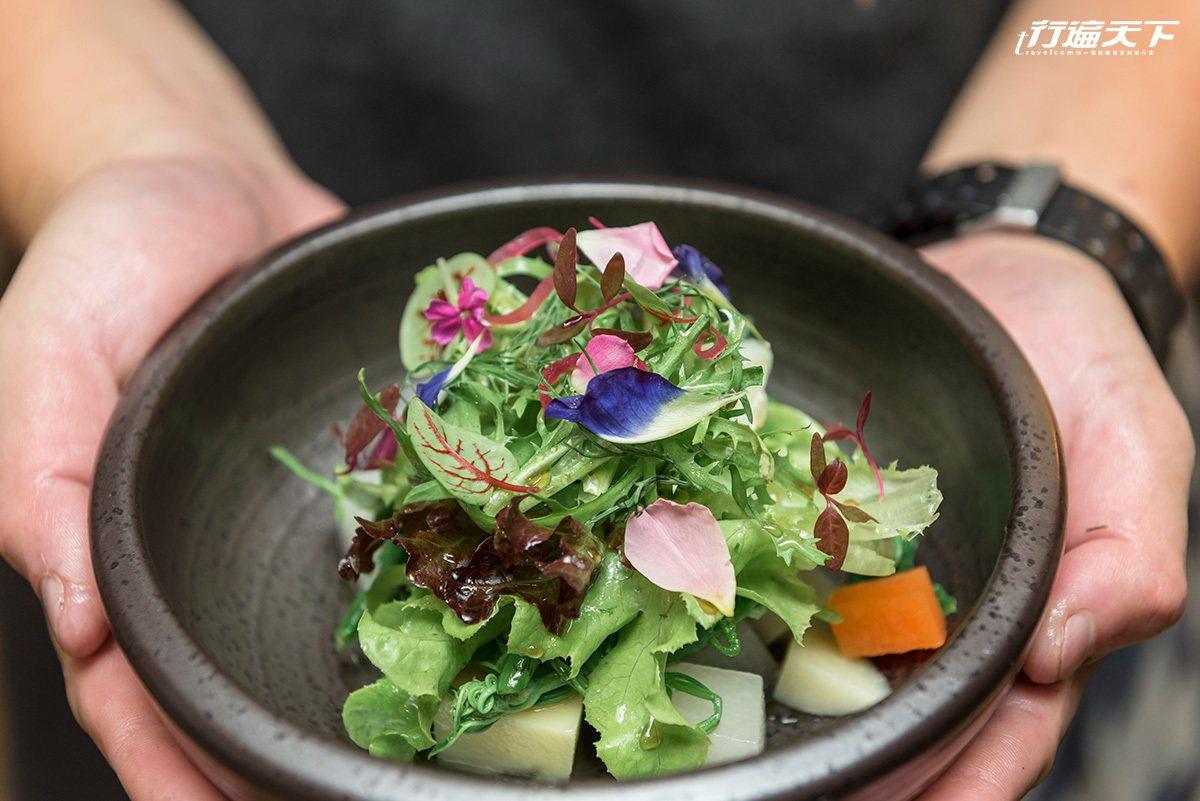 每一道餐點都是用精緻的小鉢食器盛裝。