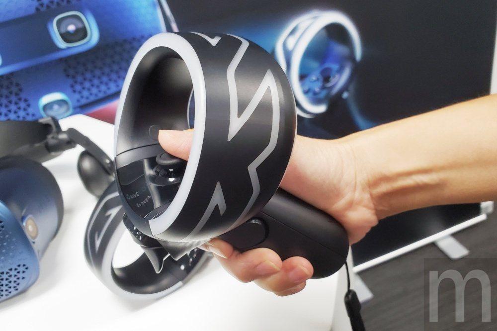 簡化版的手持控制器,原則上還是可以對應原本HTC VIVE配置控制手把般操作