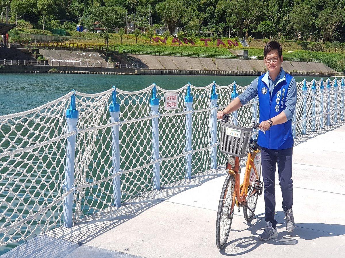 新店渡口到青潭溪口的自行車道,連結兩端的浮筒棧道終於完工,明(13)日下午三時後...