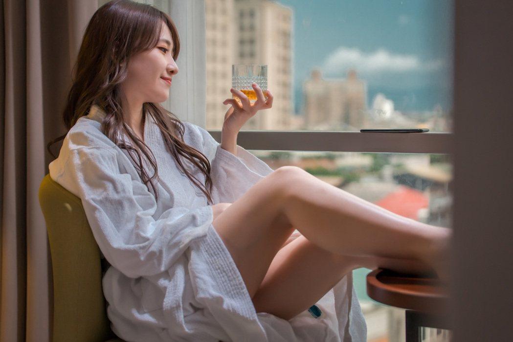 陳予新(左)在MV中有床戲。圖/杰思國際娛樂提供