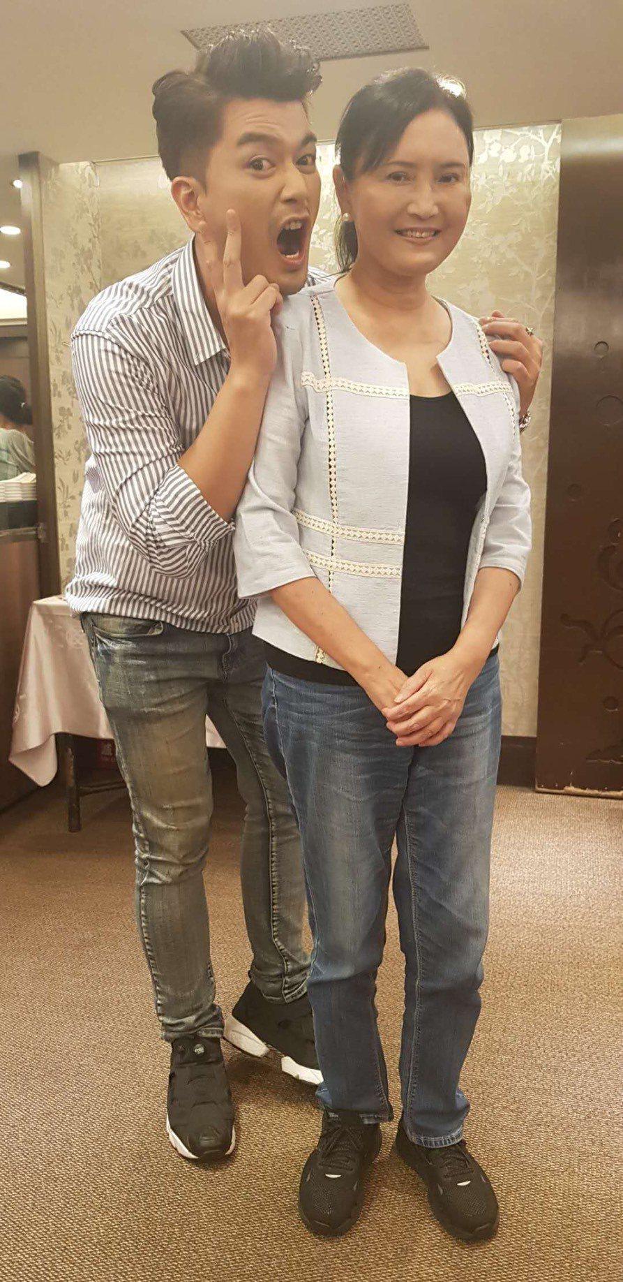 馬惠珍(右)和潘逸安在戲中飾演母子。圖/艾迪昇傳播提供