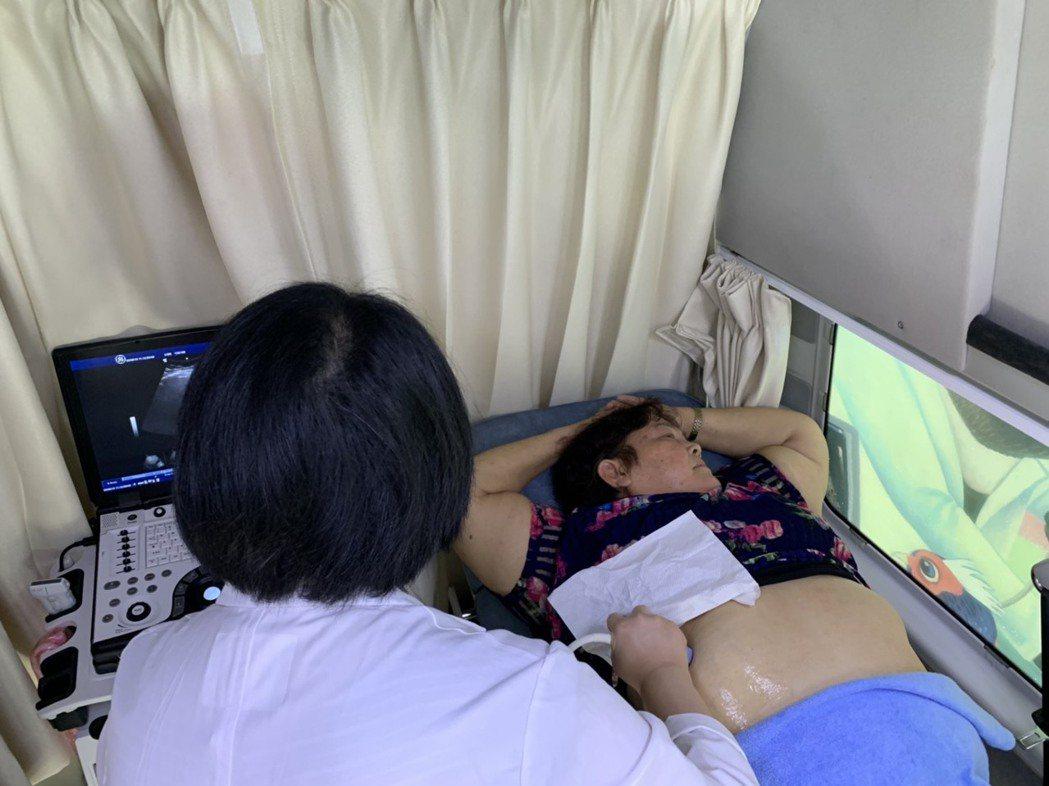 偏鄉醫療資源有限,超音波車能幫助醫師快速診斷患者病情。記者陳雨鑫/攝影